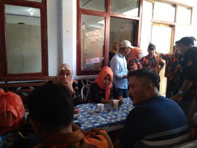 sejumlah anggota Ormas Pemuda Pancasila yang audiensi di Kantor Camat Panimbang
